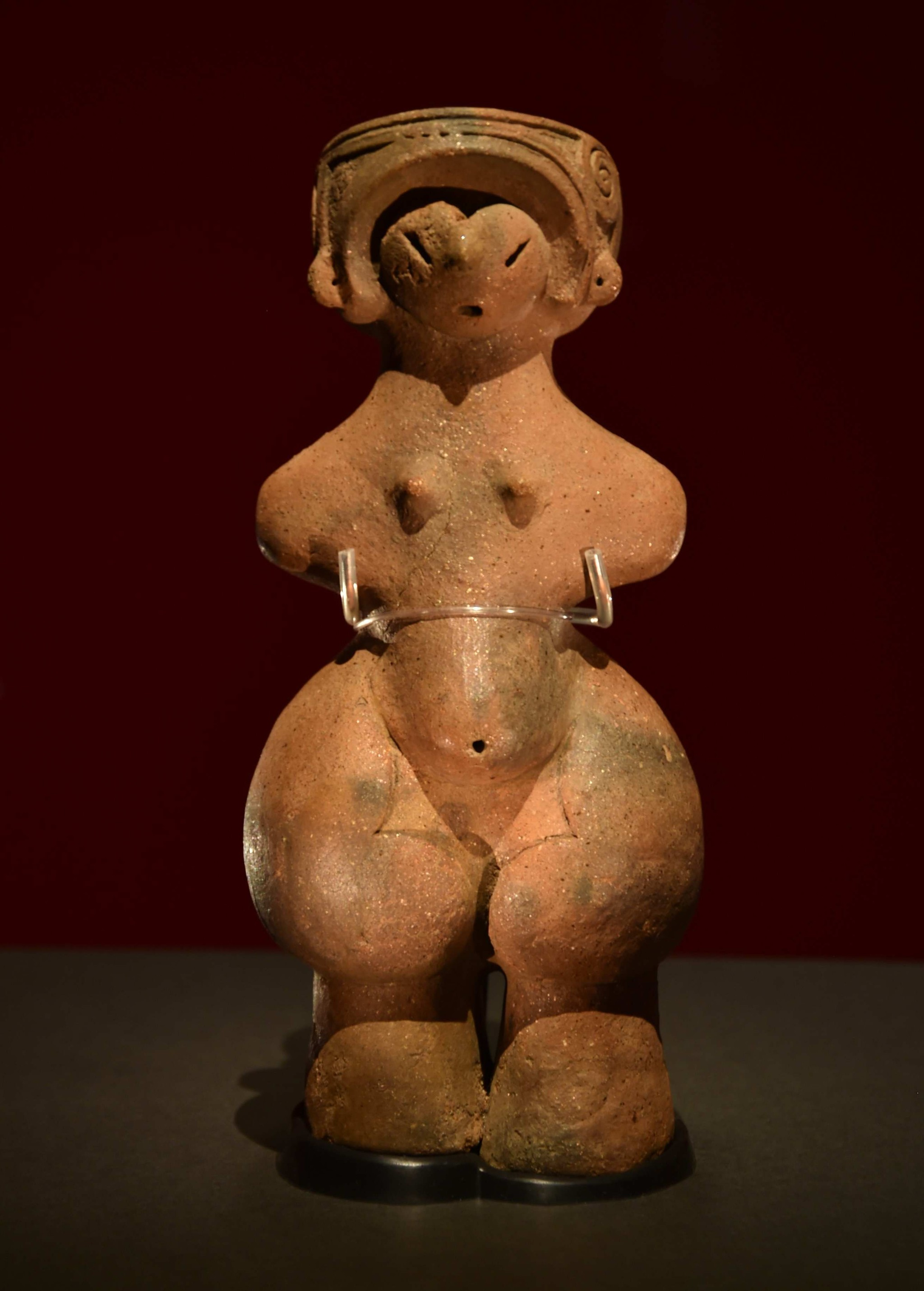 縄文時代の出土品で国宝第1号になった「縄文のビーナス」(長野県茅野市で出土)。腹部と尻が大きく張り出した姿をしており、妊娠した女性を表現しているとされる