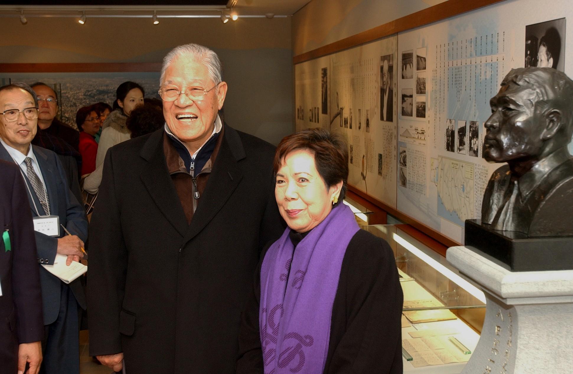 八田與一の胸像と記念撮影する李登輝・元台湾総統夫妻=2004年12月、金沢市のふるさと偉人館