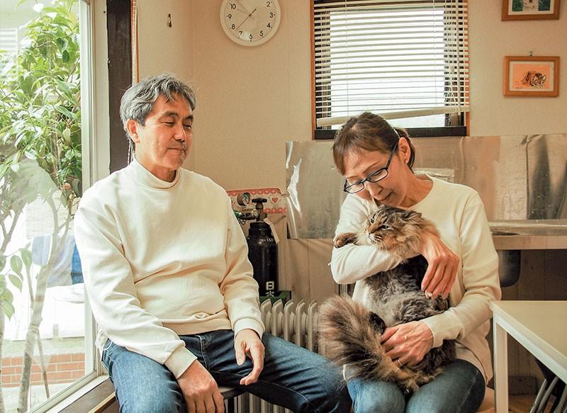 斉藤重男さん・千鶴子さん夫妻とキジ猫クマ
