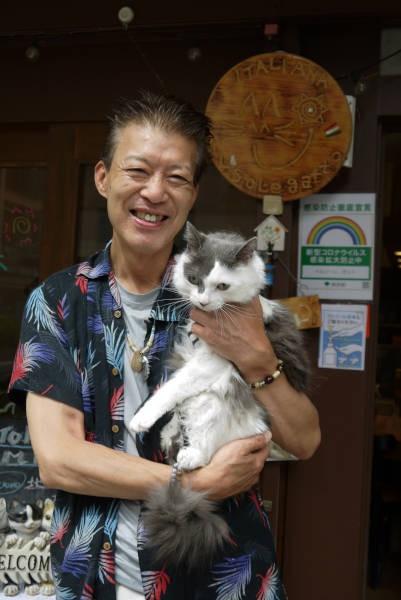 イタリアンレストラン「イル・ソーレガット」店主の陽一さんと愛猫グレーちゃん