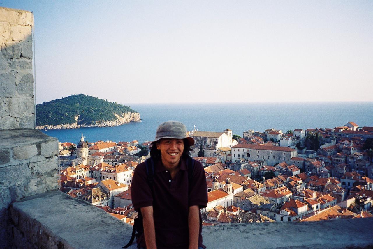 北岡良仁さんが学生時代にバックパッカーで旅したクロアチアでの記念写真=本人提供