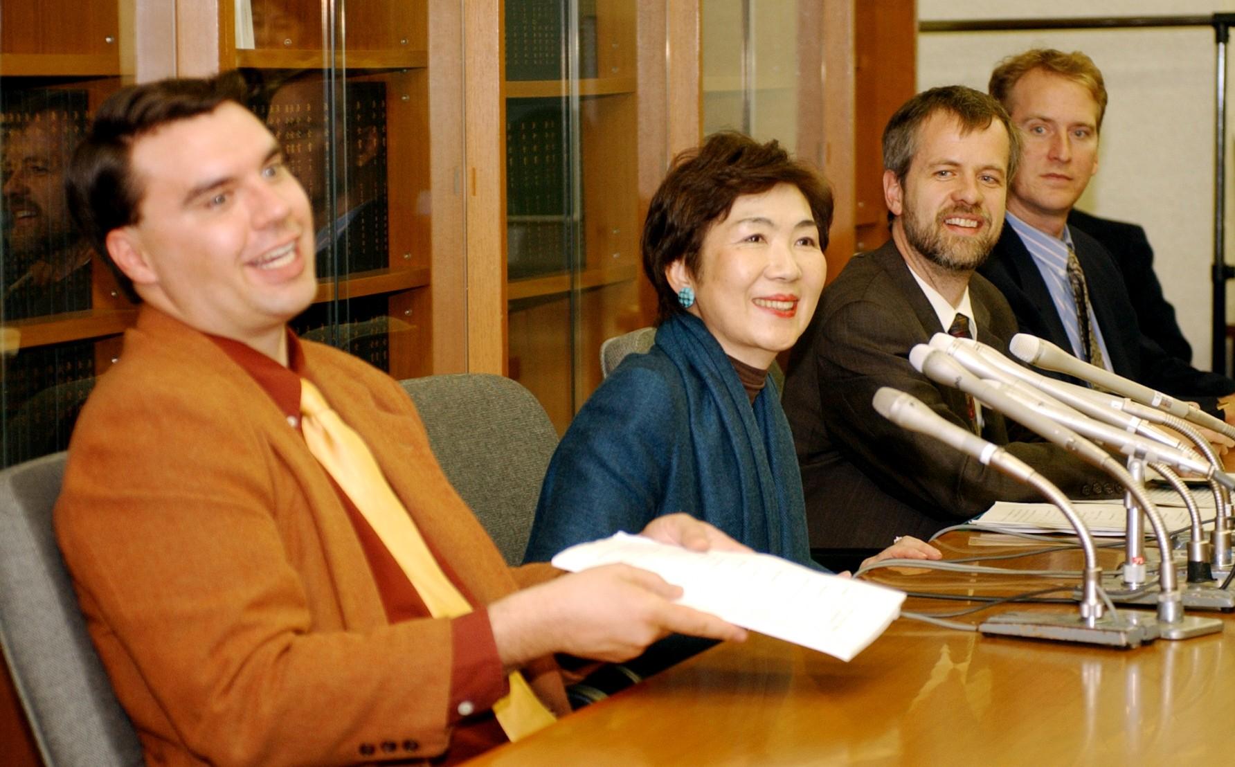小樽市の外国人入浴拒否問題で判決後、記者会見する有道出人さん(左端)ら原告=2002年11月、札幌市中央区