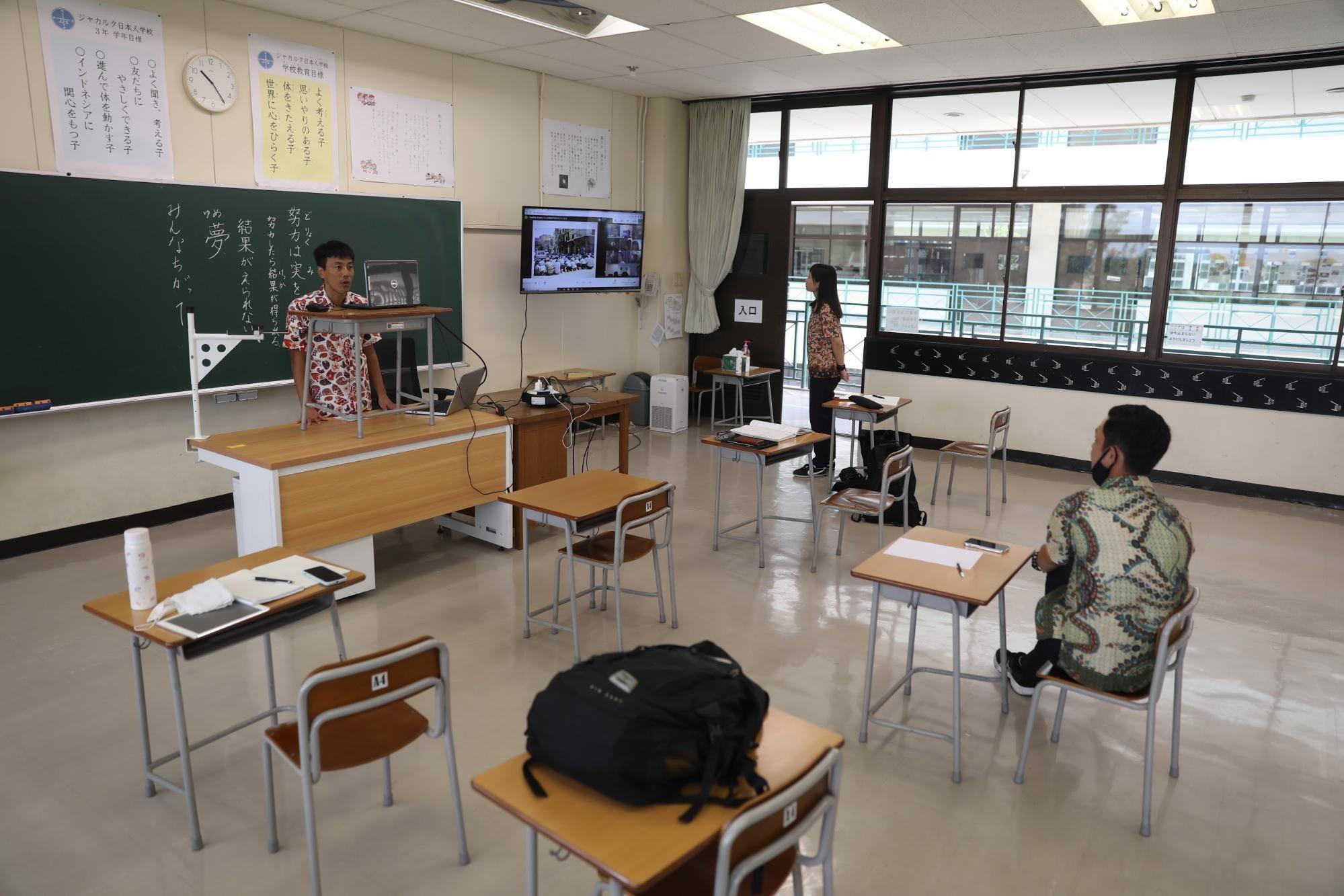 児童がいない小学3年の教室でオンライン授業をする北岡良仁教諭=2021年3月、南タンゲラン市、野上英文撮影