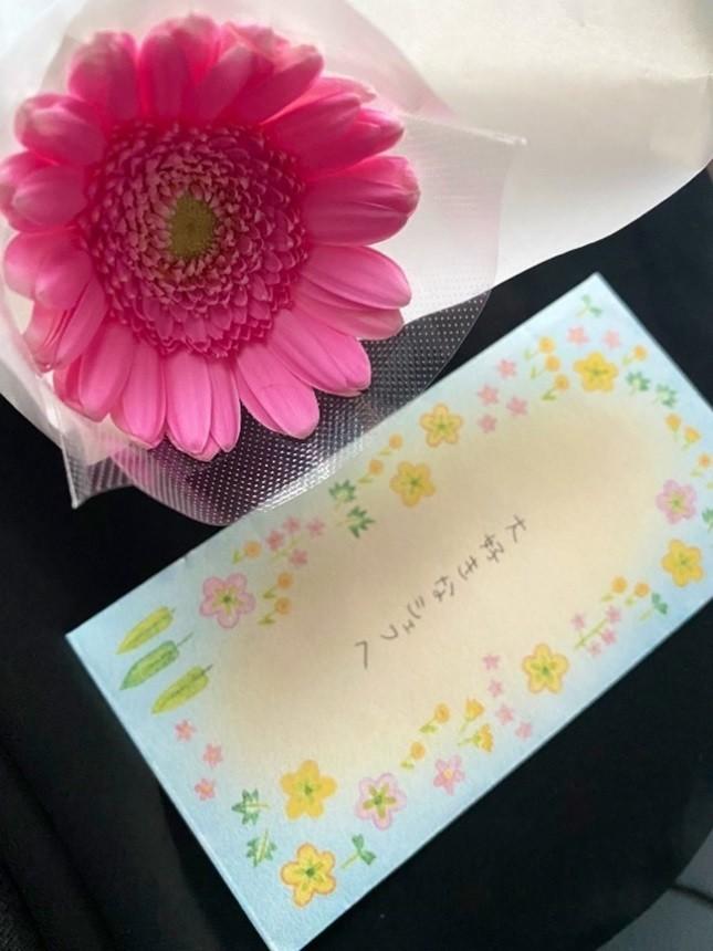 瑠美さんが書いた毛塚シェフへの手紙と、ガーベラ。棺の中に入れた=瑠美さん提供