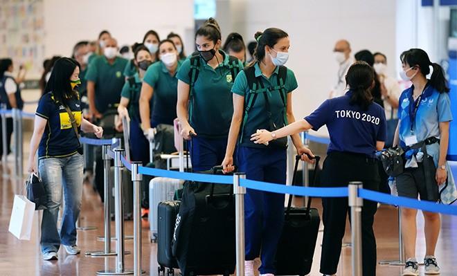 """Plano olímpico """"bolha""""para evitar o coronavírus estoura e leva ao caos em hotéis e aeroportos"""