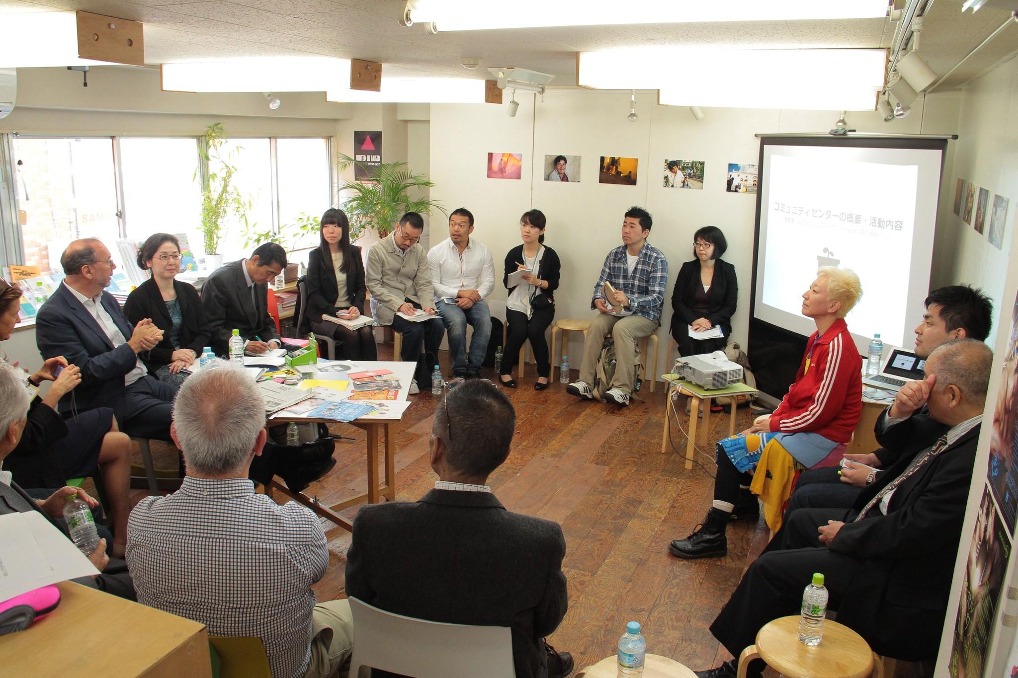 元国連合同エイズ計画事務局長のピーター・ピオット氏(左端)がaktaを訪問し、岩橋氏(右端)やLGBTコミュニティの人たち、研究者らと対話をしたこともあった。aktaとグローバルファンド日本委員会が共催=東京・新宿、©toboji