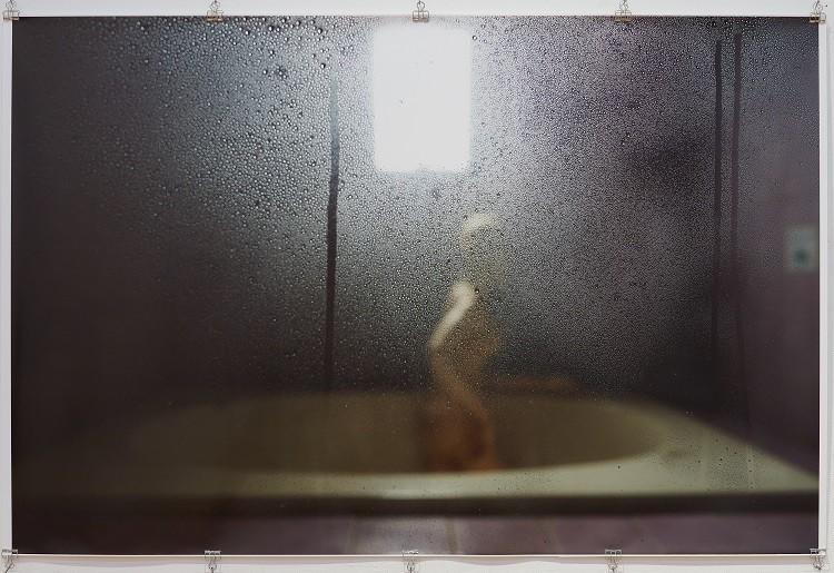 菅実花《A Bath》2020 一見人間に見える裸婦は実は球体関節人形である。「浴女」という美術史の伝統的モチーフと風呂場の盗撮の視点を結びつけた作品