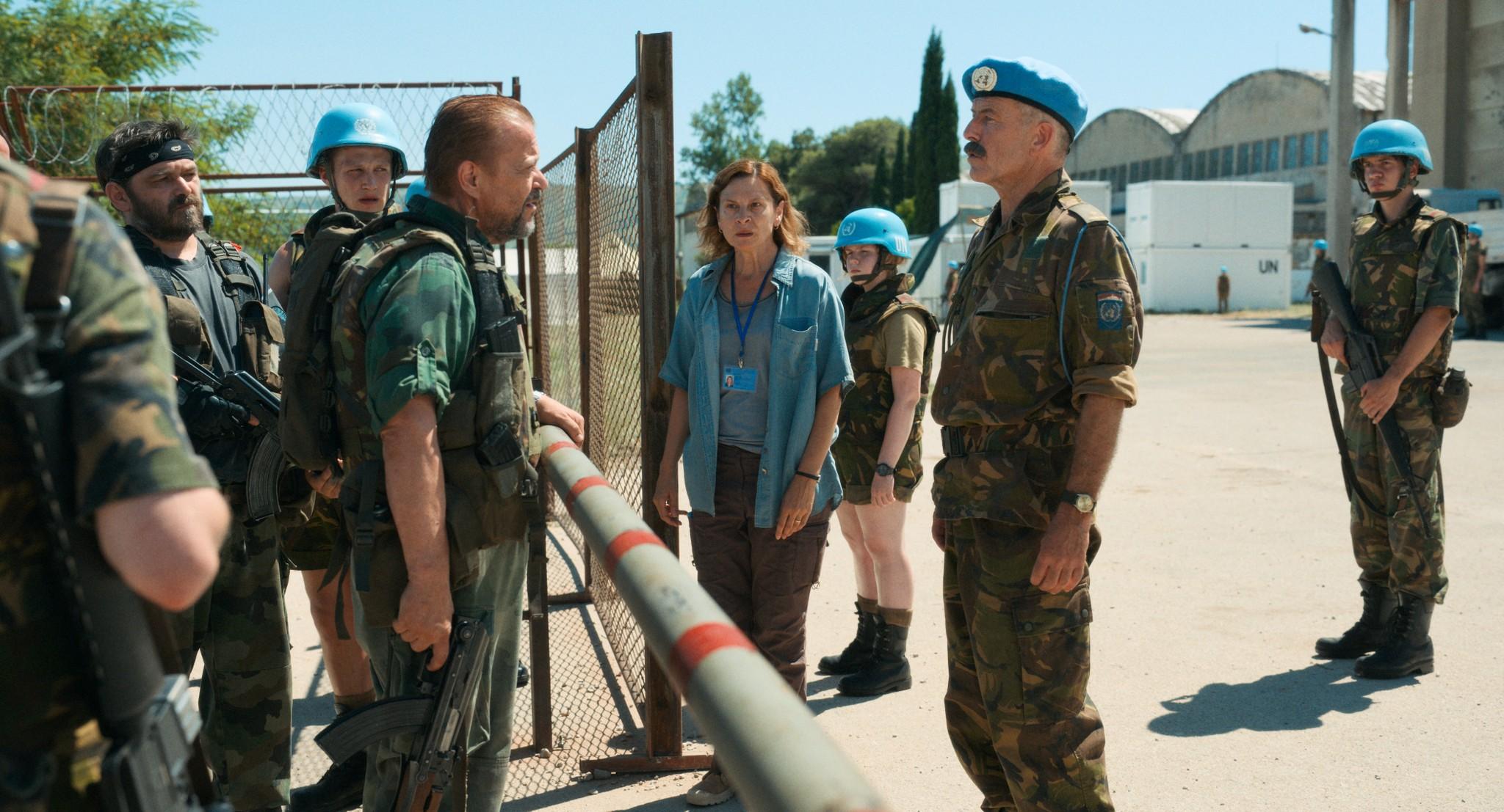 難民が逃れた国連施設に押し寄せるセルビア人勢力(左)=「アイダよ、何処へ?」より。©2020 Deblokada/coop99 filmproduktion/Digital Cube/N279/Razor Film/Extreme Emotions/Indie Prod/Tordenfilm/TRT/ZDF arte