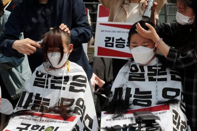 Estudantes sul-coreanos raspam a cabeça em protesto contra a decisão do Japão de liberar a água nuclear
