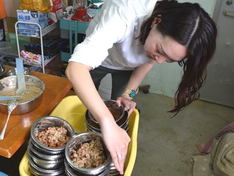 犬の食事の準備をする見米さん。約80匹分となると、たいへんな量
