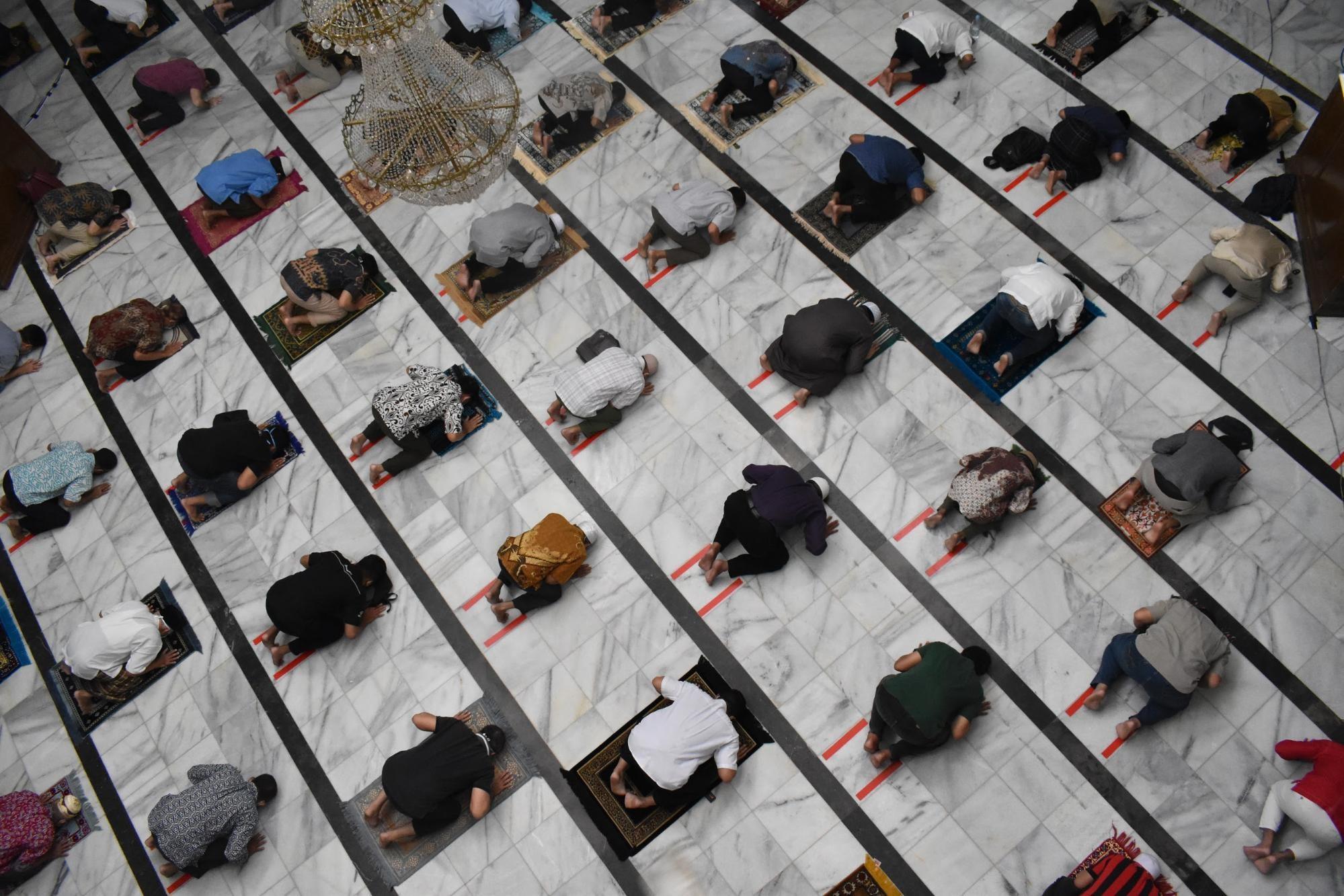 再開されたイスラム教の礼拝所(モスク)で、ソーシャルディスタンスを取って祈るインドネシアの信徒たち。リツキ・アクバル氏が2020年6月、ジャカルタで撮影。