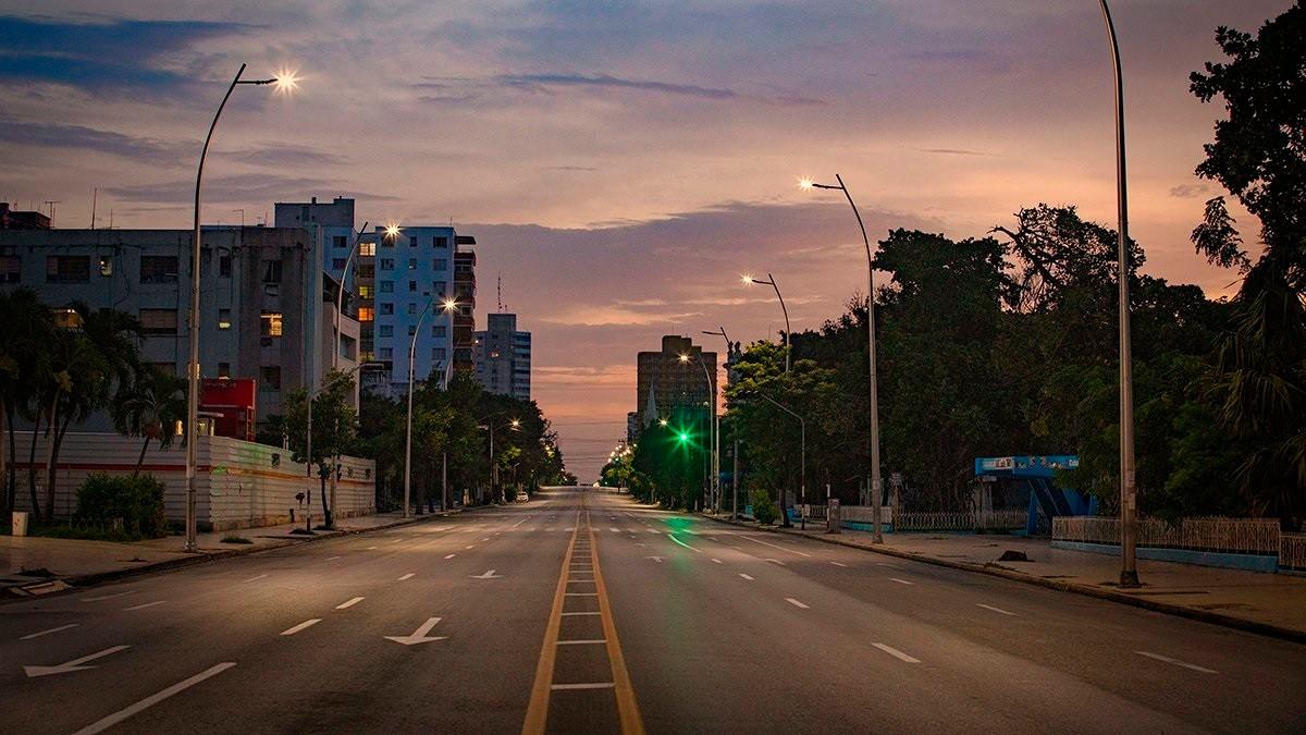 新型コロナウイルスの感染拡大が深刻化するキューバの首都ハバナ。中心部では人影が極端に減った=2021年4月、ロイター