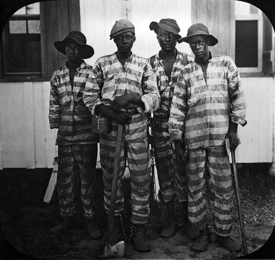 囚人貸出制度のもと、労働に従事する受刑者ら=1900年代初め、アメリカ・フロリダ州、WIKIMEDIA COMMONSより