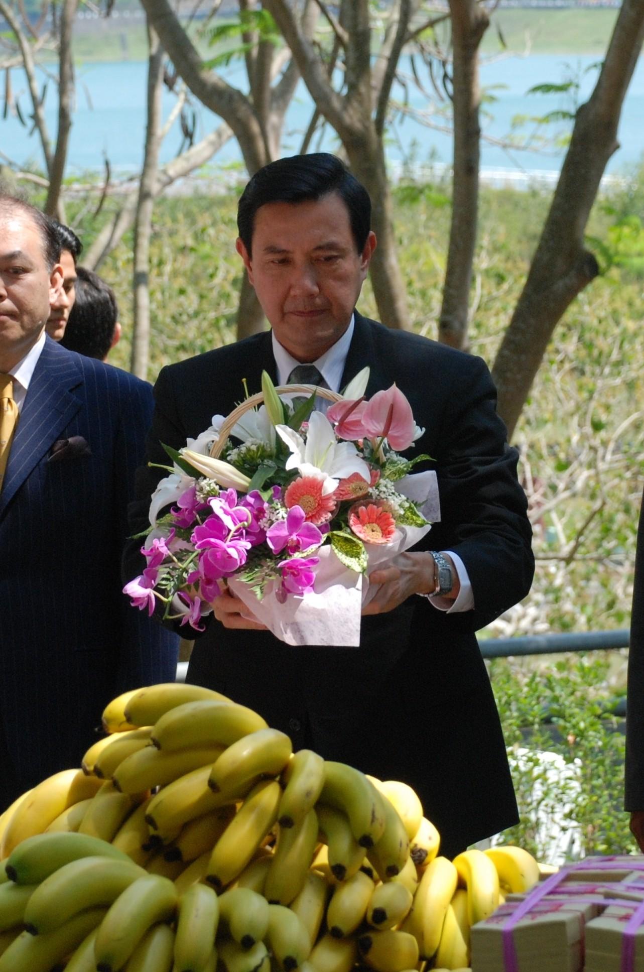 八田與一の慰霊祭で献花する馬英九(マーインチウ)氏=2008年5月、台湾南部