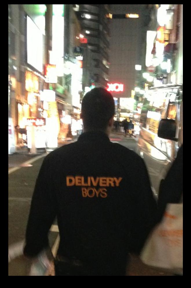 店舗を訪問するaktaのデリバリーボーイズ=東京・新宿、akta提供