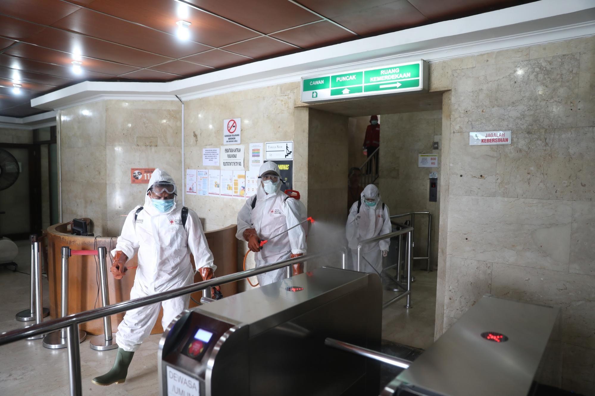 ジャカルタの観光施設で消毒する作業員ら。朝日新聞ジャカルタ支局の野上英文記者が2020年3月に撮影。