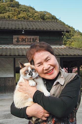 嘉例川駅の観光大使猫「にゃん太郎」と山木由美子さん