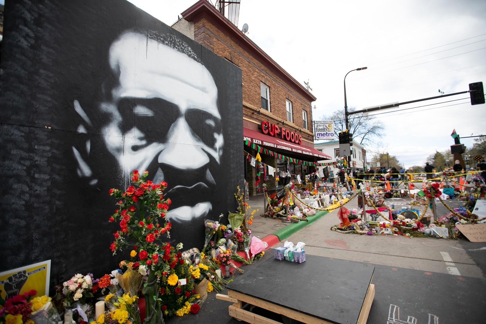 ジョージ・フロイドさんが亡くなった現場には、フロイドさんの大きな似顔絵が飾られている=2021年4月21日、米ミネアポリス、ランハム裕子撮影