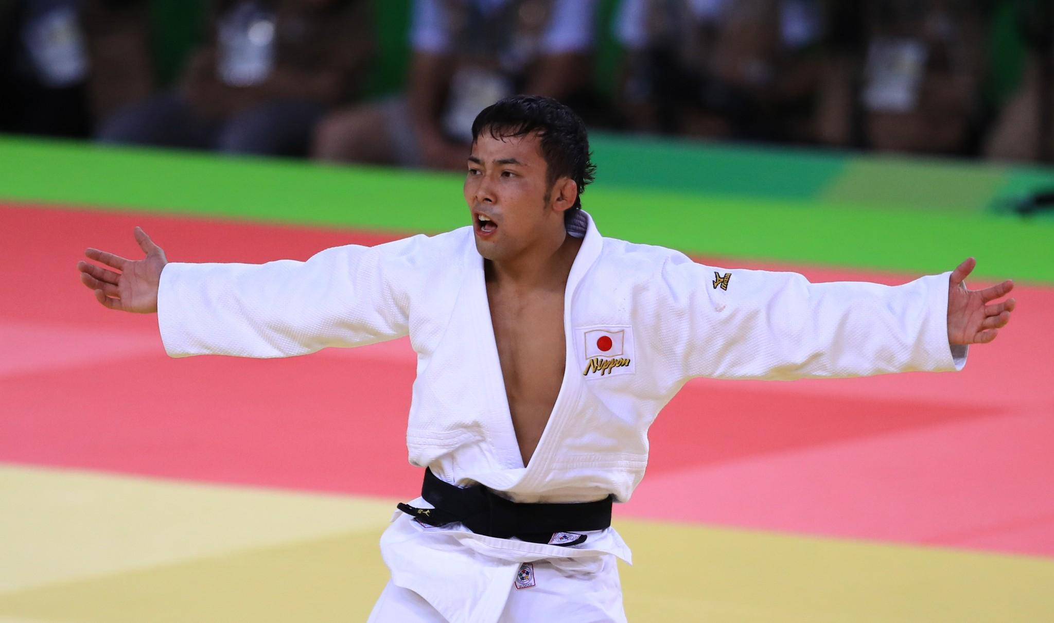 試合で勝利し、両手を上げて喜ぶ高藤直寿選手=2016年8月、カリオカアリーナ
