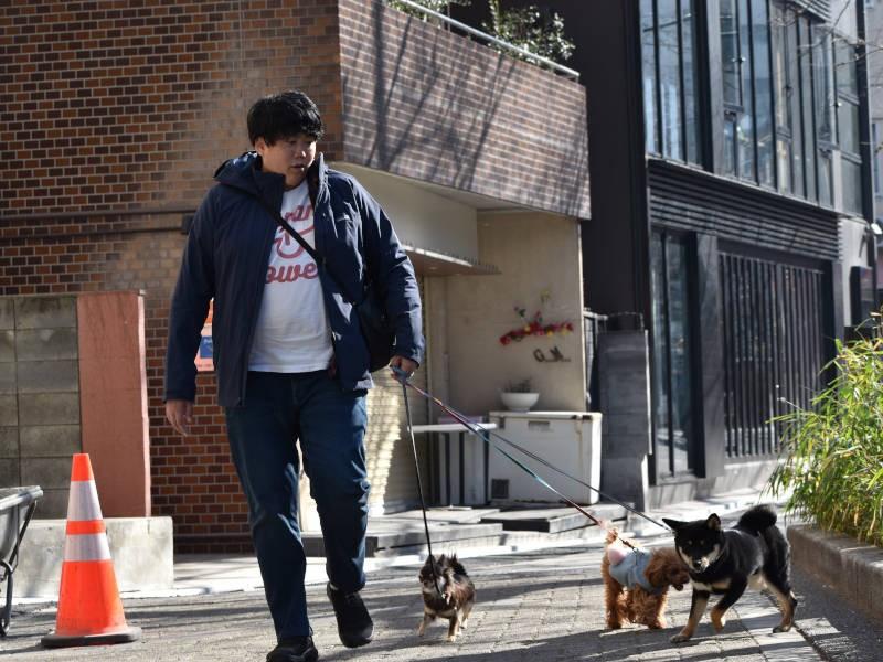 犬たちを散歩させる高橋店長