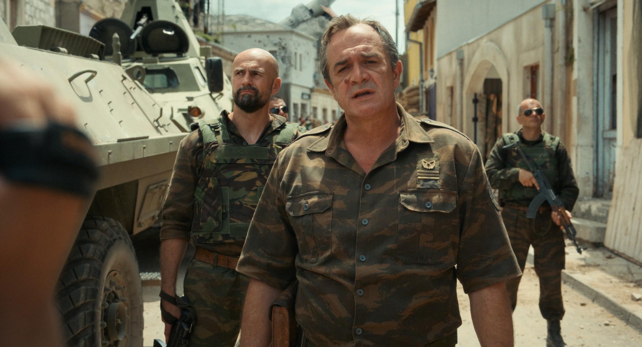 スレブレニツァ虐殺事件を主導するラトコ・ムラジッチ司令官。演じるのはセルビアの俳優ボリス・イサコヴィッチ氏で、主人公アイダを演じたヤスナ・ジュリチッチ氏とは夫婦。出演をめぐり、2人は政治的な圧力を受けているという=「アイダよ、何処へ?」より。©2020 Deblokada/coop99 filmproduktion/Digital Cube/N279/Razor Film/Extreme Emotions/Indie Prod/Tordenfilm/TRT/ZDF arte