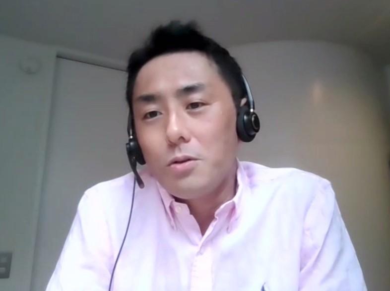 オンラインの議論に参加する中島岳志さん