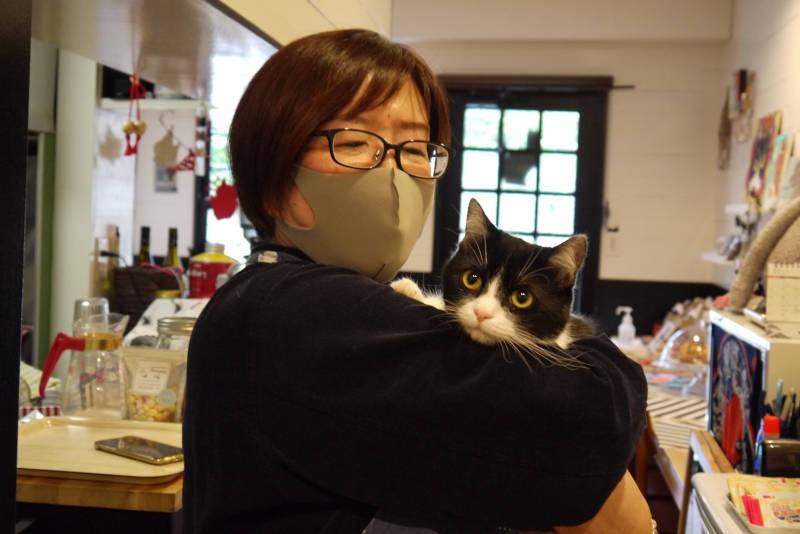 ハチワレ猫さんちゃんと飼い主の矢口憲子さん