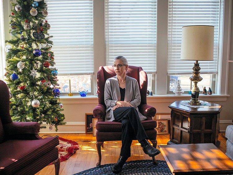 Margaret Peterson, who cared for her husband, who insisted on dying at home, for four years, in Chicago, Dec. 11, 2019. In a historic reversal, fewer patients are dying in hospitals. But experts warn that many families are unprepared to care for seriously ill relatives at home. メIt was absolutely exhausting,モ she recalled. (Taylor Glascock/The New York Times)