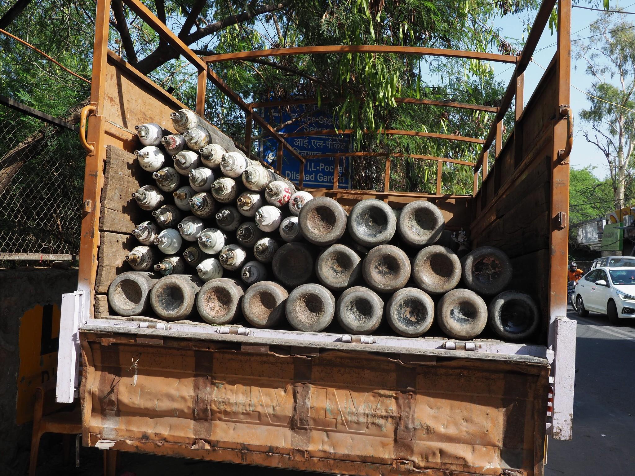 トラックに積み込まれた酸素ボンベ=ニューデリー、奈良部健撮影