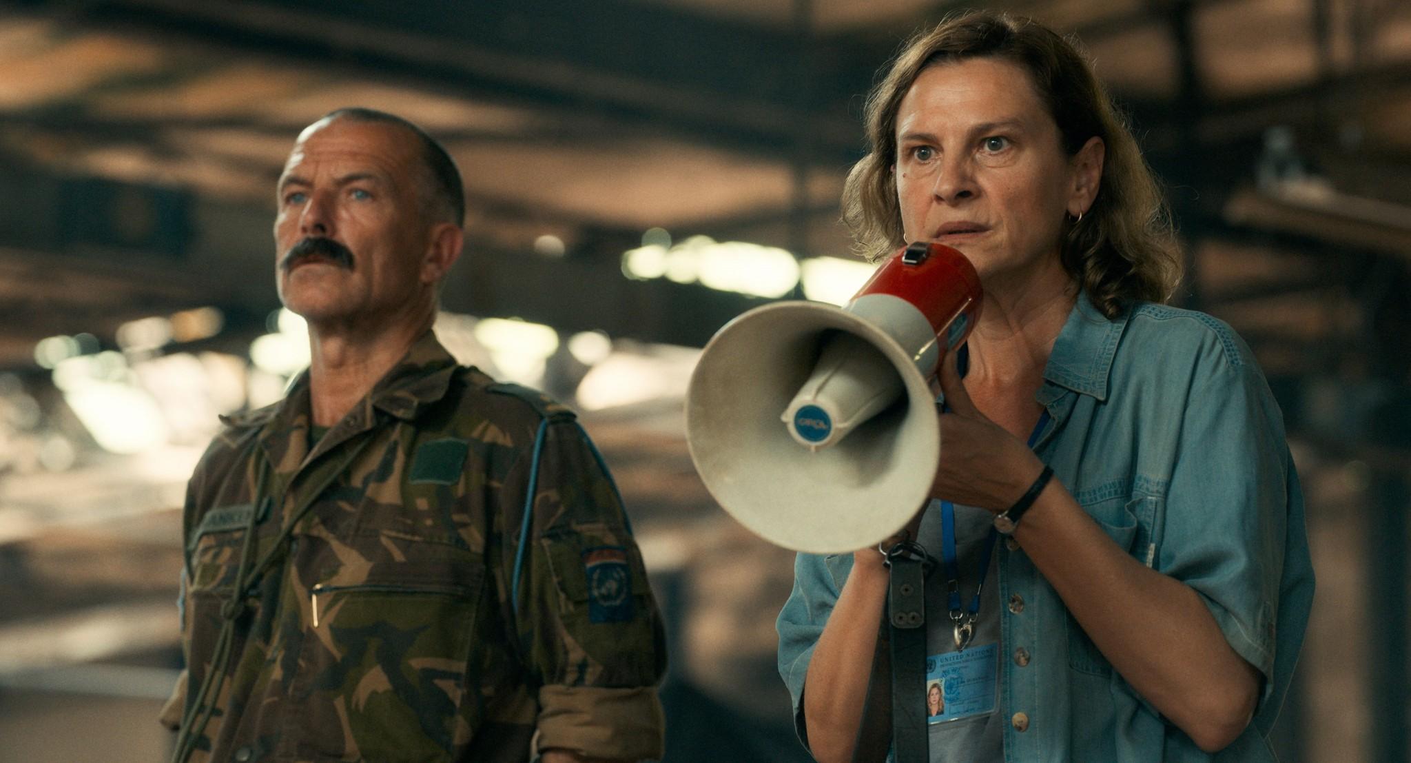 国連平和維持活動に当たるオランダ兵(左)の通訳として難民に語りかけるアイダ=「アイダよ、何処へ?」より。©2020 Deblokada/coop99 filmproduktion/Digital Cube/N279/Razor Film/Extreme Emotions/Indie Prod/Tordenfilm/TRT/ZDF arte