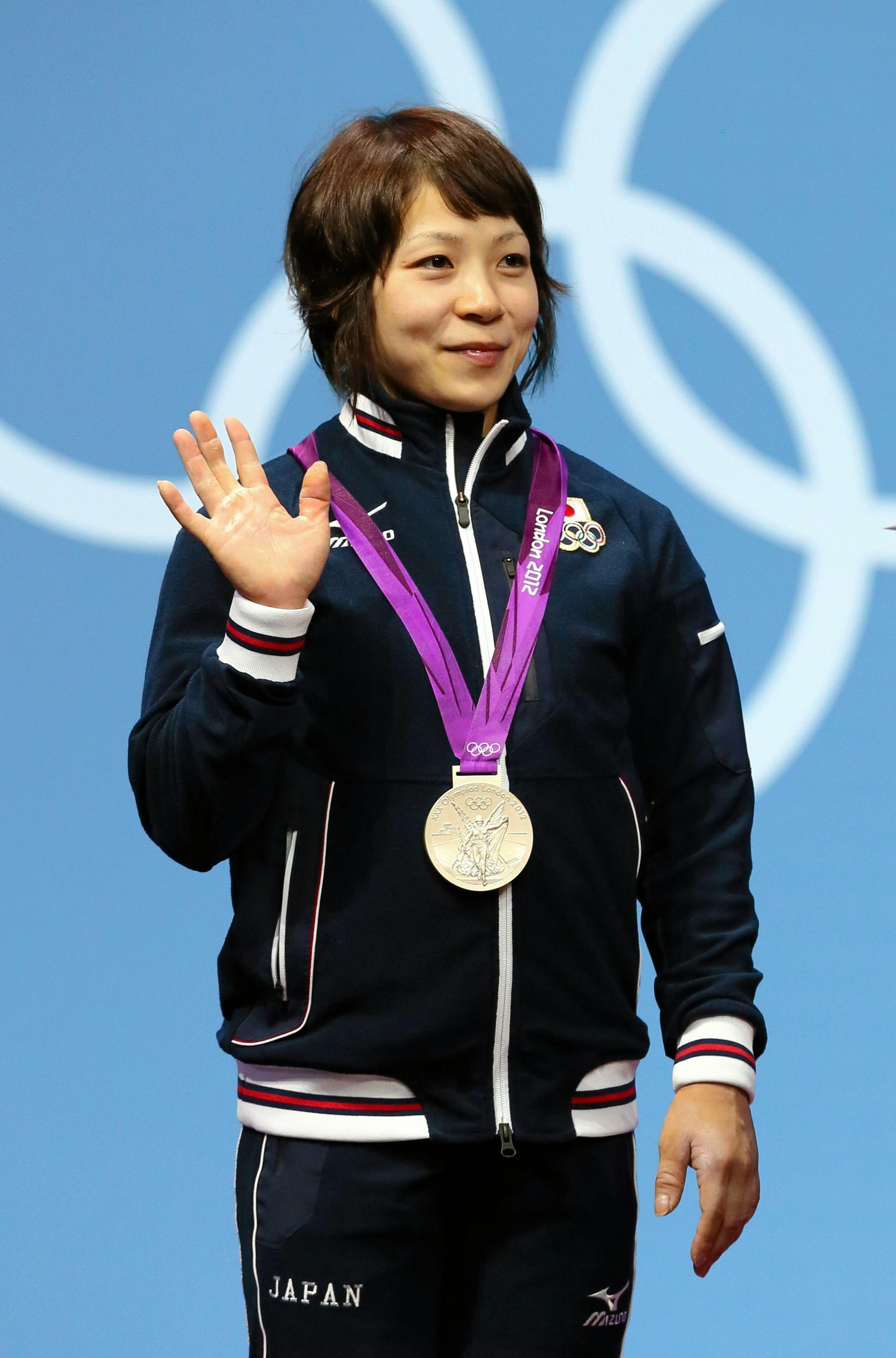 ウエイトリフティング女子49kg級に出場する三宅宏実選手。写真はロンドンオリンピックで銀メダルを獲得したときの様子=2012年7月28日、ロンドン