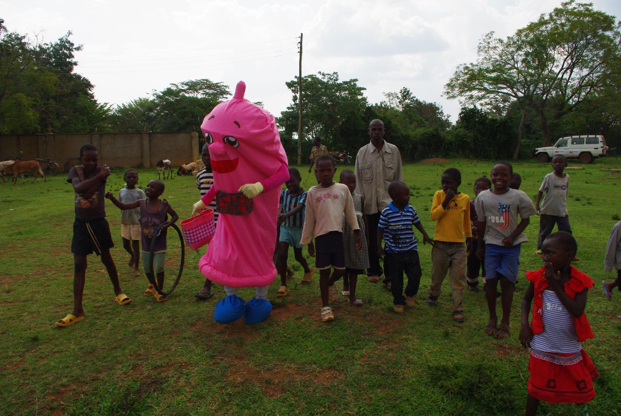 コンドマスターのゆるキャラを取り囲むケニアの子どもたち=清水美春さん提供