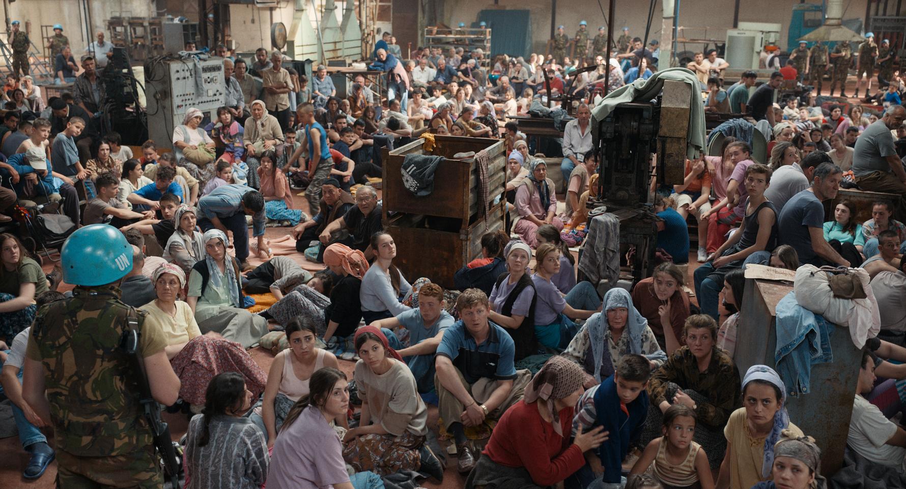 国連施設にあふれかえるボシュニャク人の難民ら。演じたエキストラの中には事件当時、実際に難民だった人もいるという=「アイダよ、何処へ?」より。©2020 Deblokada/coop99 filmproduktion/Digital Cube/N279/Razor Film/Extreme Emotions/Indie Prod/Tordenfilm/TRT/ZDF arte